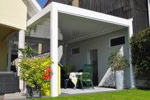 Pergola maison en aluminium blanc - Côté Fenêtres